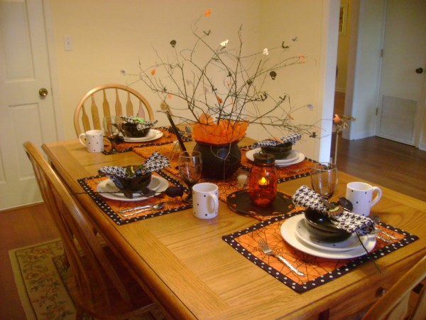Halloween 2010 Tablescape 023 600x450 12 Ideas to Decorate your Table for Halloween