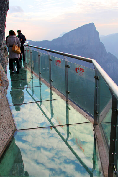 3614578092011111092621 Transparent Glass Skywalk in China's Tianmen Mountain Park