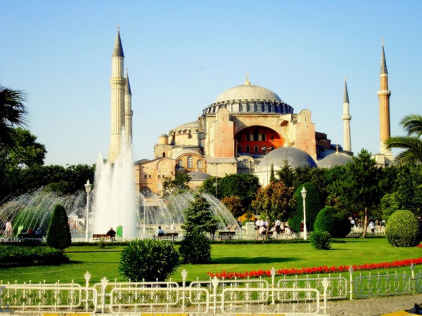 800px HagiaSophiaISTANBUL 600x450 100 Most Famous Landmarks Around the World