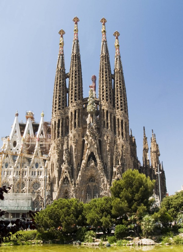 Sagradafamilia00002482731 600x823 100 Most Famous Landmarks Around the World