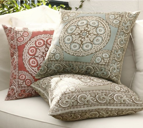 outdoor pillow mosaic pattern 600x540 20 New Outdoor Pillows Models from Pottery Barn