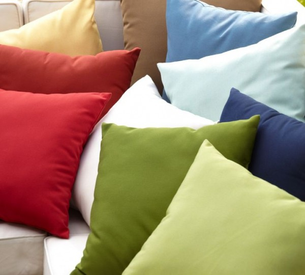 outdoor pillows11 600x540 20 New Outdoor Pillows Models from Pottery Barn