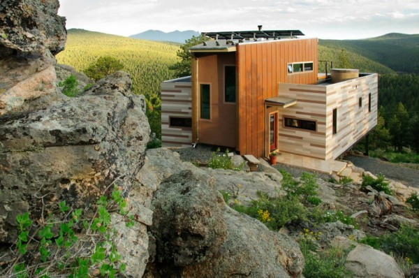 eco friendly shipping container house 600x398 Solar Powered House   Shipping Container House Overlooking the Mountains