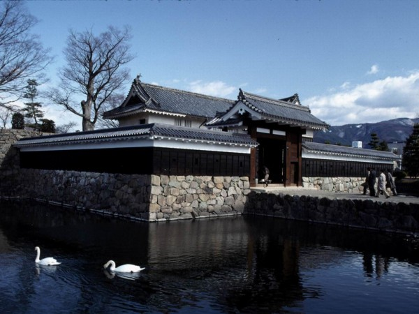 matsumoto castle gate moat 600x450 4 Amazing Japanese Castles Designated National Treasures