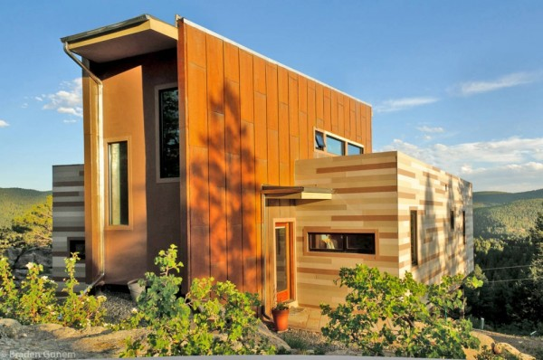 shipping container house colorado 600x398 Solar Powered House   Shipping Container House Overlooking the Mountains