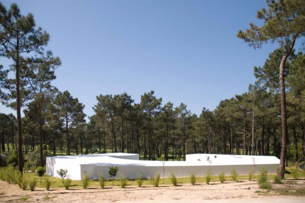 1322644242 110331 aroeira 011 1000x668 600x400 Hexagonal Shaped Contemporary House in Portugal