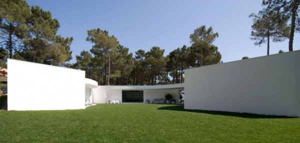 1322644275 110331 aroeira 031 1000x478 600x286 Hexagonal Shaped Contemporary House in Portugal