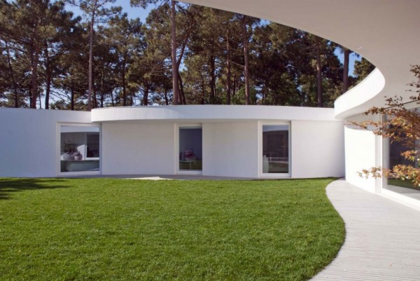 1322644829 110331 aroeira 106 1000x669 600x401 Hexagonal Shaped Contemporary House in Portugal