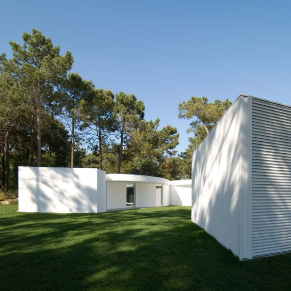 1322644946 110331 aroeira 126 600x600 Hexagonal Shaped Contemporary House in Portugal