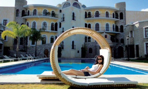 Chaise longue Loopita Bonita 03 600x364 Loopita Bonita: Outdoor Double Lounger with a Roller Coaster Look