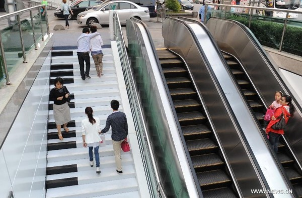 Black and white piano stairs in China 01 600x395 Creative Piano Stairs for Pedestrians in Hangzhou, China
