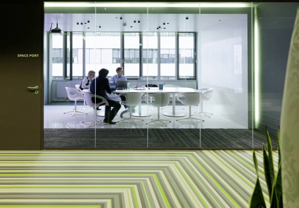 Microsoft Office Austria meeting room 06 600x418 Microsoft Headquarters in Vienna Boasts Ultra Modern Design