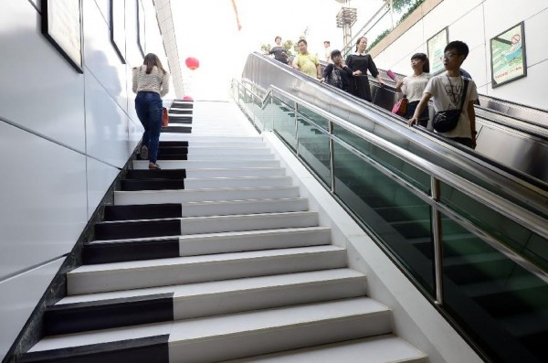 Piano shaped stairs in China 05 600x397 Creative Piano Stairs for Pedestrians in Hangzhou, China