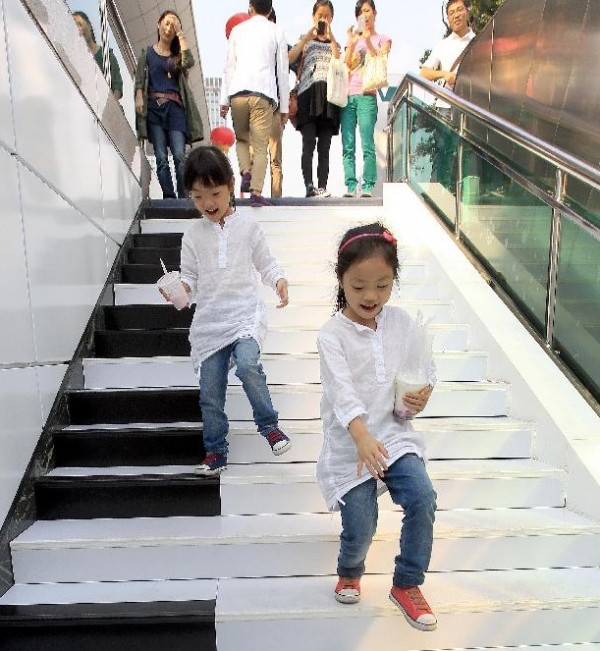 Two girls on piano stairs China 03 600x651 Creative Piano Stairs for Pedestrians in Hangzhou, China
