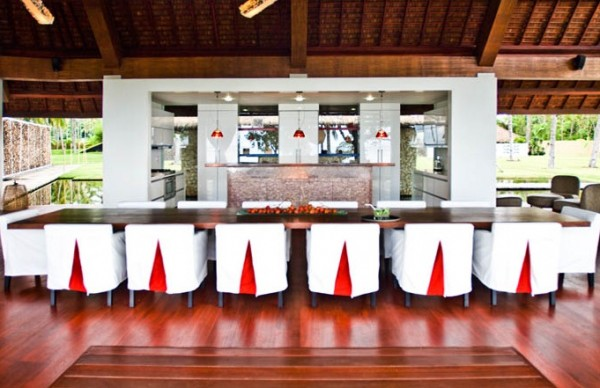 Restaurant table red accents 600x388 Modern Meets Traditional in a Luxurious Villa in Indonesia
