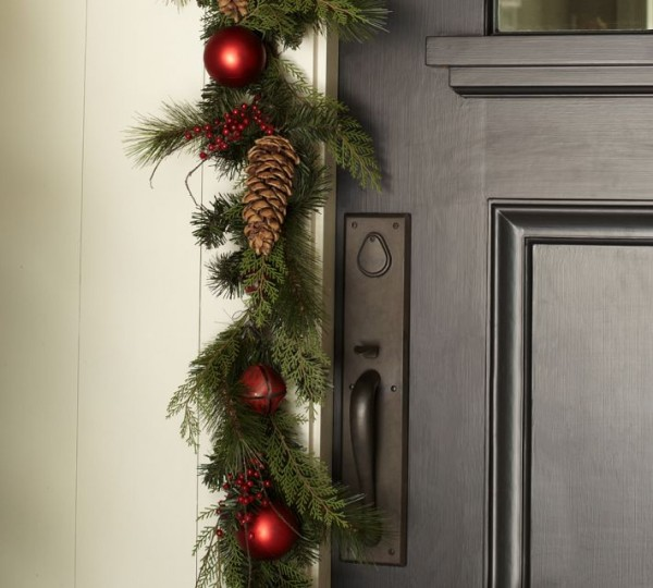 Festive garlands 600x540 Christmas Decorating Ideas for Outdoor Settings