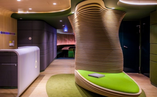 Hotel O reception in Paris 600x372 Futuristic Design and Friendly Atmosphere: Hotel O in Paris