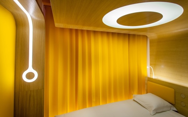 Yellow retro futuristic bedroom in Hotel O Paris 600x372 Futuristic Design and Friendly Atmosphere: Hotel O in Paris