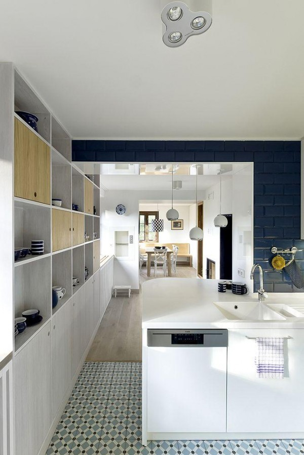 kitchen 600x899 White and Blue Kitchen Interior Design Tips