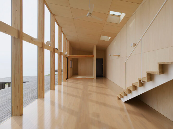 Seaside Boomerang house with wood structure Boomerang Shaped House with Shed Roof in Japan