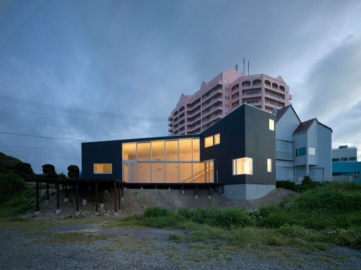 Weekend House project by Haretoke studio Boomerang Shaped House with Shed Roof in Japan