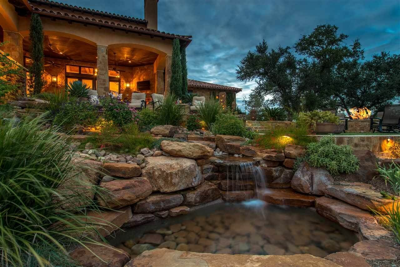 What to look for in golf course homes archiweb 3 0 for Golf course home designs